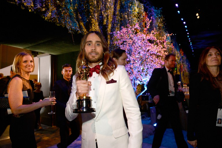 Jared Leto poses with his Best Performance by an Actor in a Supporting Role award