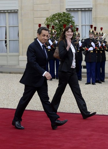Former France's president Nicolas Sarkozy and his wife Carla Bruni-Sarkozy leave the Elysee presidential Palace. ©AFP