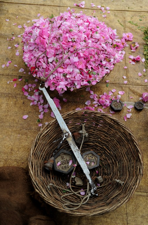 Indian flower farmers weigh petals. ©AFP