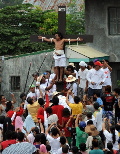 Reenactment of the crucifixion on Good Friday in the village of San Juan, San Fernando City, north of Manila. ©AFP