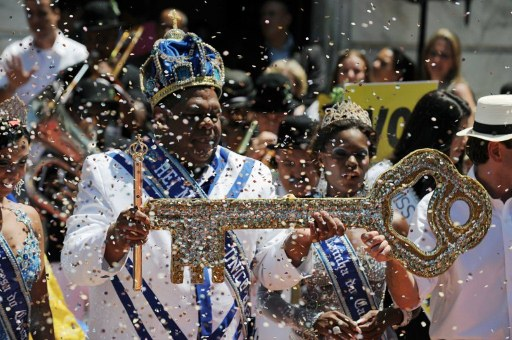 Carnival King Momo (L) gets from Rio's mayor Wduardo Paes (R-partially seen) the keys to the city during the official launching of the 2012 Carnival. ©AFP