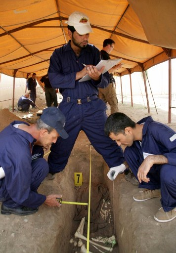 Iraqi forensic students train at a mass grave in Iraqi northern city of Arbil. ©AFP