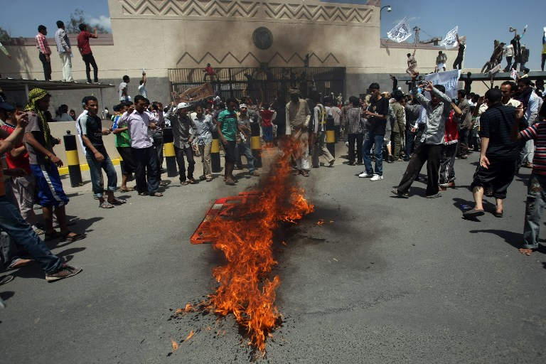 Yemeni protesters gather around fire during a demonstration outside the US embassy in Sanaa over a film mocking Islam. ©AFP