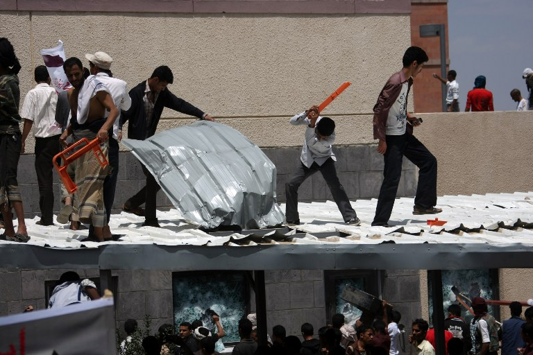 Yemeni protesters try to break through the US embassy in Sanaa during a protest over a film mocking Islam. ©AFP