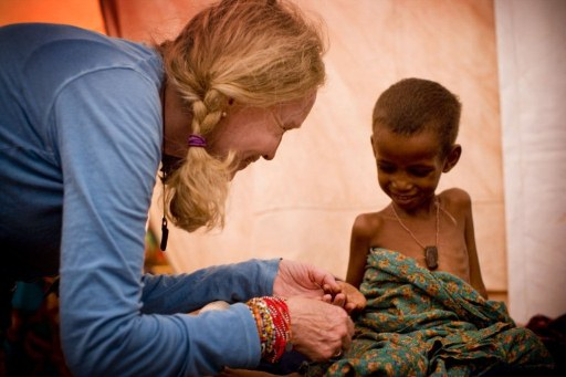 Actress and UNICEF Goodwill Ambassador Mia Farrow meets a severely malnourished child on a one day visit to the Dadaab Refugee Camp. ©AFP PHOTO / UNICEF / Kate Holt
