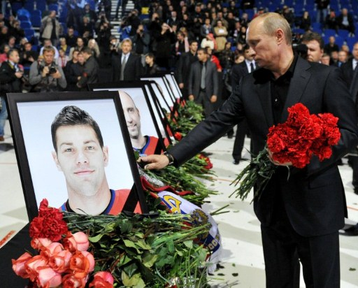 Russian Prime Minister Vladimir Putin lays flowers at the Arena-2000. ©AFP