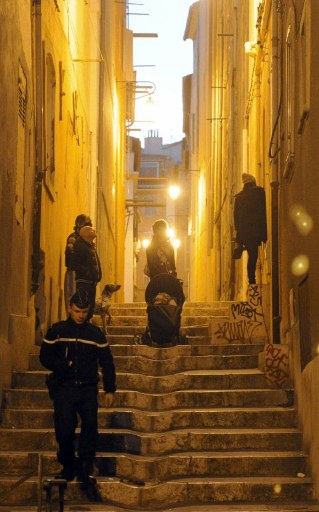 French gendarmes supervise the evacuation of 4,300 people of Marseille. ©AFP