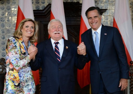Former Polish President and Nobel Peace Prize winner Lech Walesa (C). ©AFP
