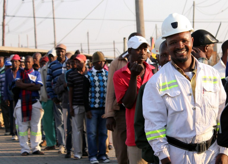 Thousands of Lonmin miners wait in line as they resume work in Marikana. ©AFP