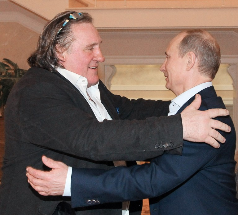 Russian President Vladimir Putin (R) greets French actor Gerard Depardieu during their meeting in Putin's residence in Sochi. ©AFP