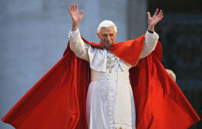 A file picture taken on April 6, 2006 shows Pope Benedict XVI saluting the believers during a meeting with young Catholics in St Peter's Square at the Vatican in preparation of the XXI World Youth Day. ©AFP