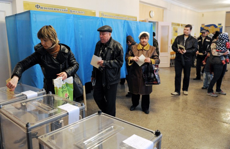 People cast their vote at a polling station on March 16, 2014 in Simferopol. ©AFP