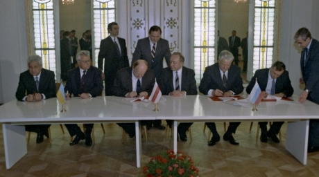 Russia's president Boris Yeltsin (sitting, second Right) agreed with his Belarus counterpart Stanislav Shushkevich (sitting, third Left) and Ukrainian president Leonid Kravchuk (sitting, second Left) to replace the USSR with a commonwealth that would not be a state on December 8, 1991 in Belarus. ©RIA Novosti