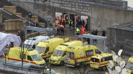Medical team with ambulances and police on the Saint-Lambert square in Liege after a man threw multiple grenades on December 13, 2011. ©AFP