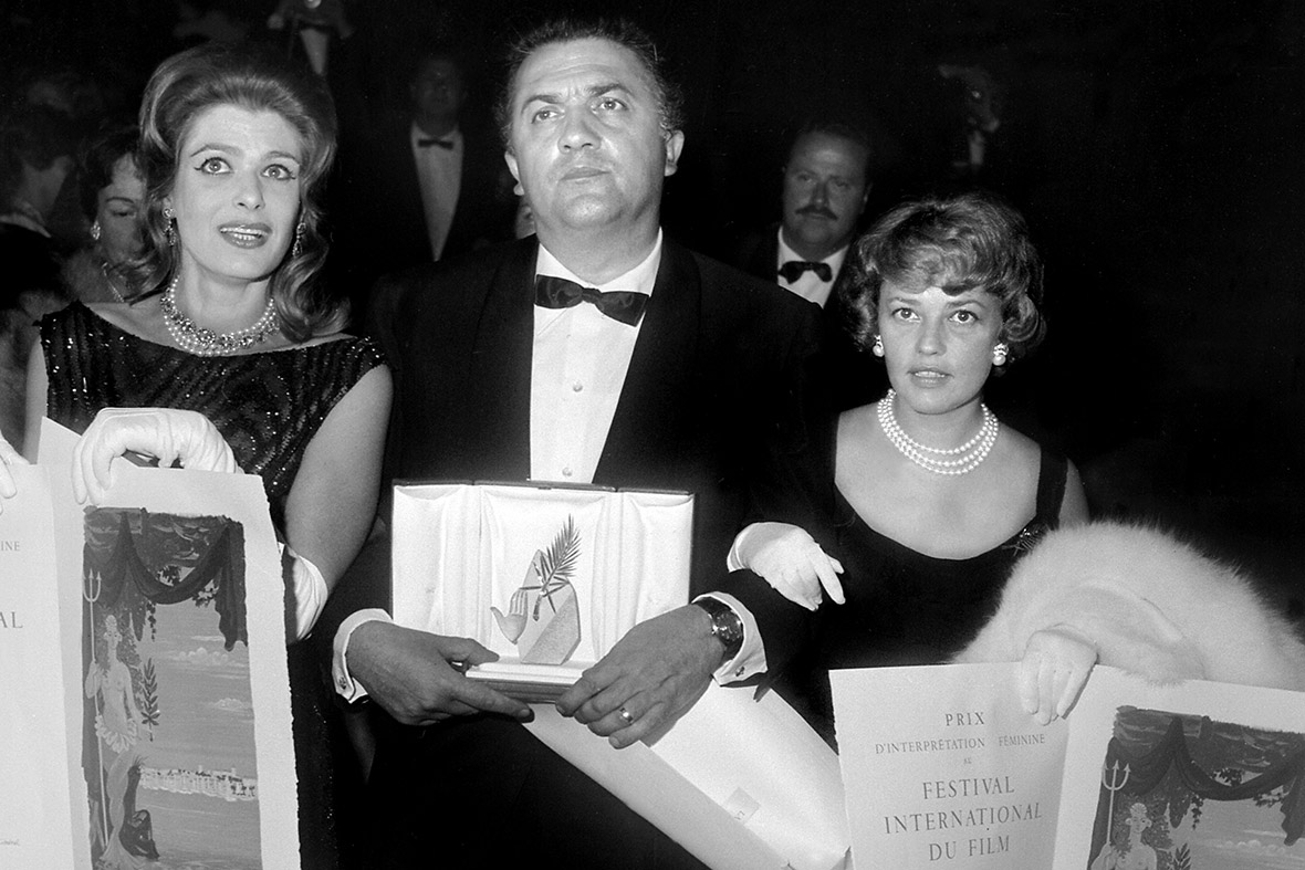 Federico Fellini, holding the Palme d'Or, awarded unanimously for his film La Dolce Vita