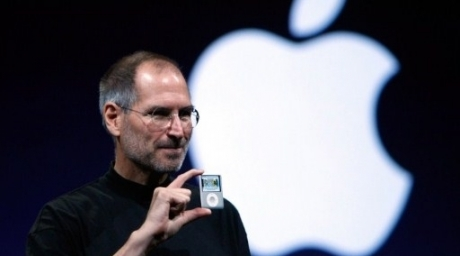 Apple CEO Steve Jobs holds up a new version of the iPod Nano. ©AFP