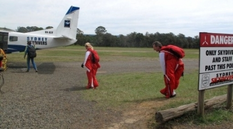 Australian skydiver and BASE jumper Heather Swan (C), with husband Glenn Singleman (R), preparing to board a plane at the Sydney Skydivers in Picton, west of Sydney. ©AFP