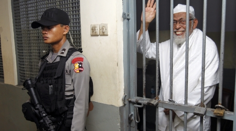 Islamic cleric Abu Bakar Bashir waves as he waits inside a cell before trial at the South Jakarta court on June 16, 2011. ©Reuters