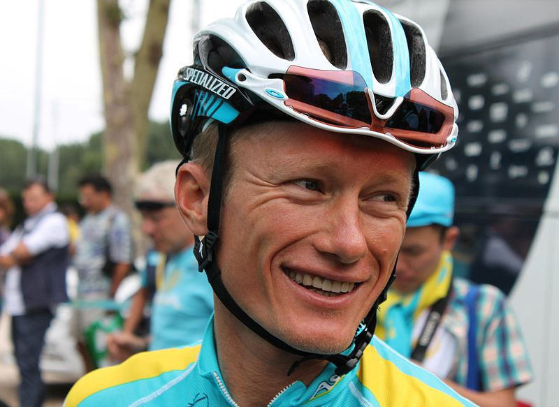 The kazakh Alexander Vinokourov (Astana), all-smile, is talking at the start of the 18th stage of the 2012 Tour de France in Blagnac (Haute-Garonne).