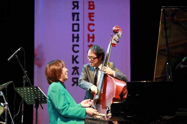 Pianist Mitsuaki Kishi flashes a smile at bass player Yuhei Honkawa as the two get in to a lively jazz tune. Photo courtesy of Mitsuaki Kishi.