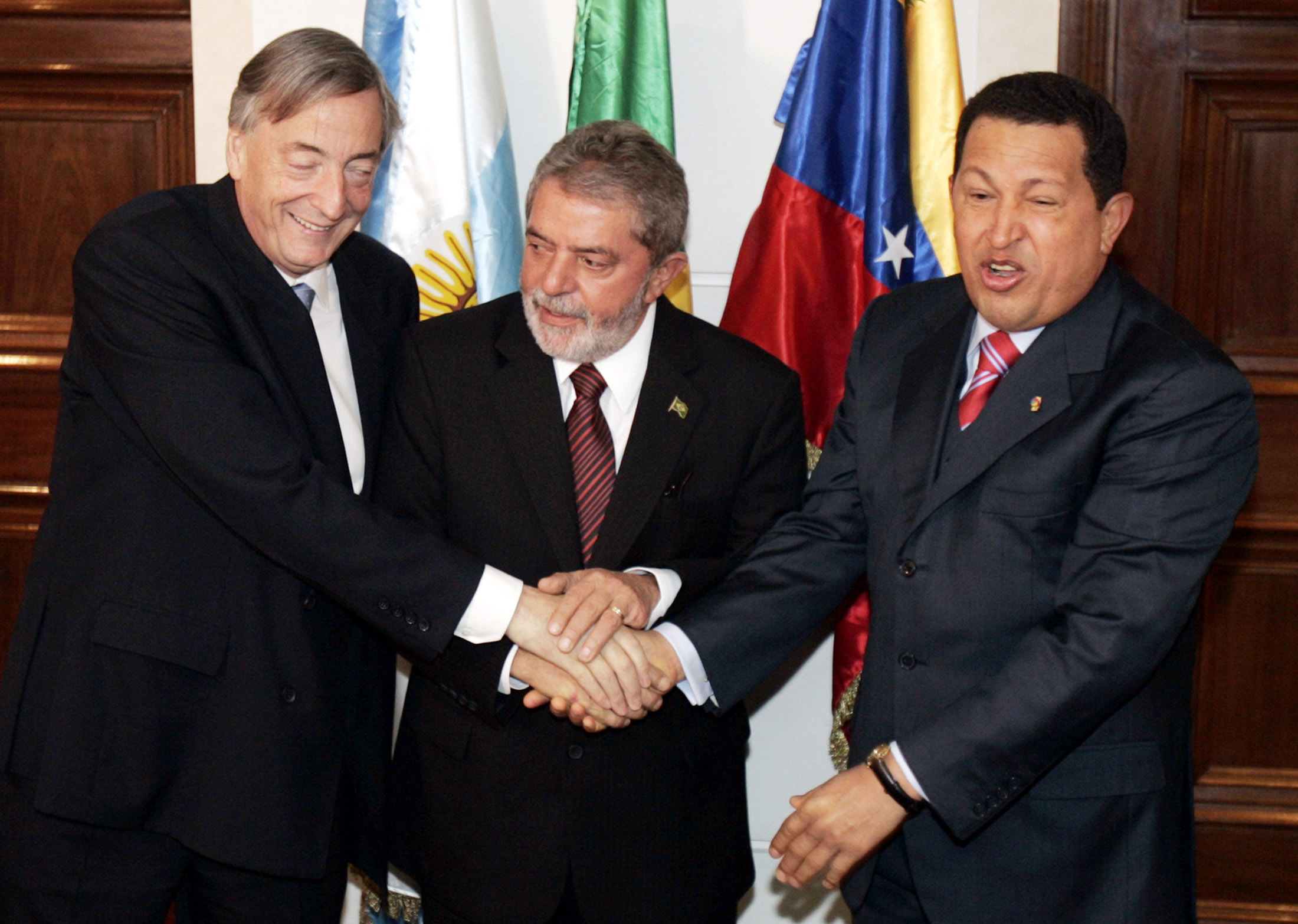 Brazil's President Luiz Inacio Lula da Silva (C) shakes hands with his counterparts, Argentina's Nestor Kirchner (L) and Venezuela's Hugo Chavez, in Sao Paulo April 26, 2006. ©REUTERS/Paulo Whitaker
