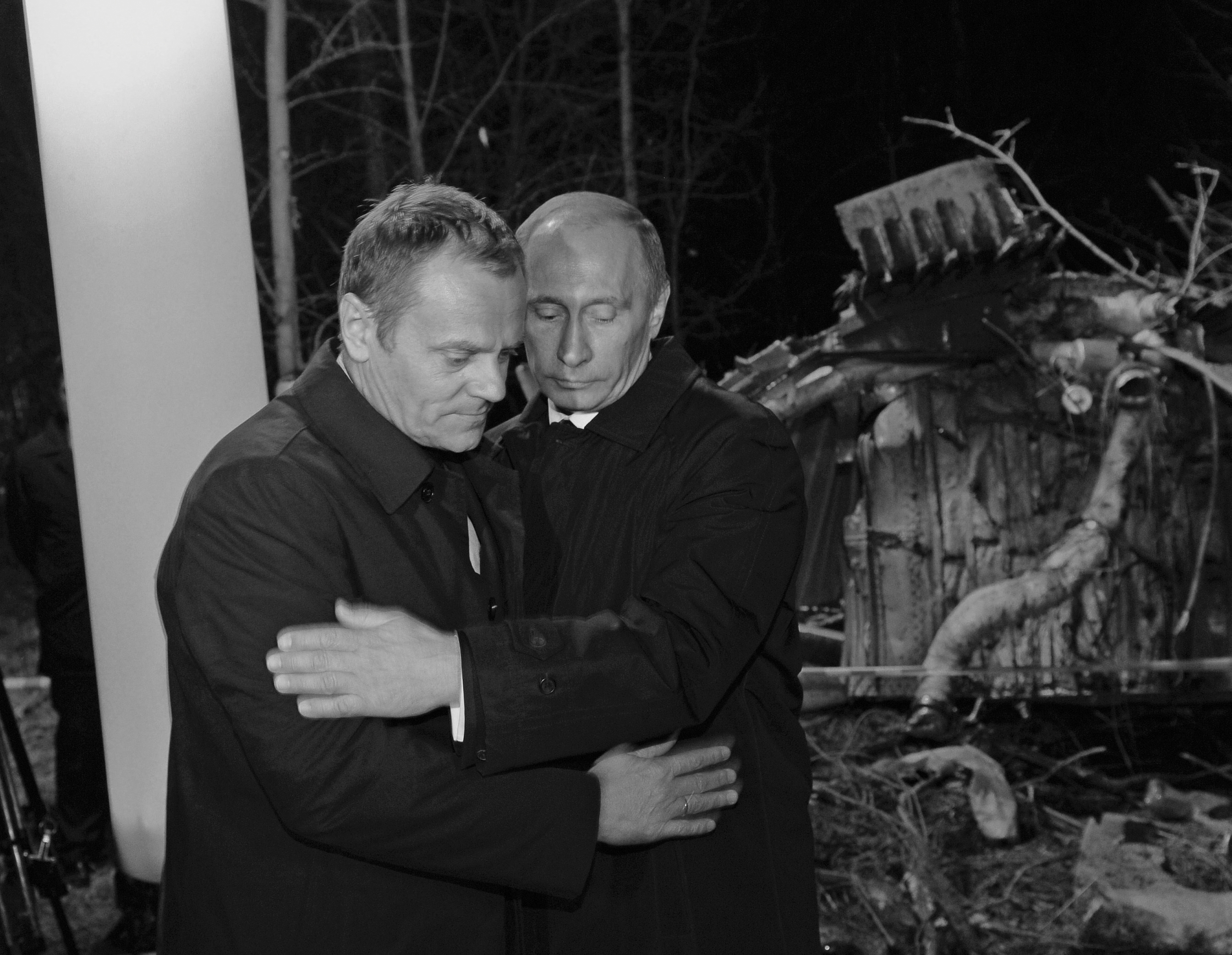 Russia's PM Putin comforts his Polish counterpart Tusk as they visit the site of a Polish government Tupolev Tu-154 aircraft crash near Smolensk airport. ©REUTERS
