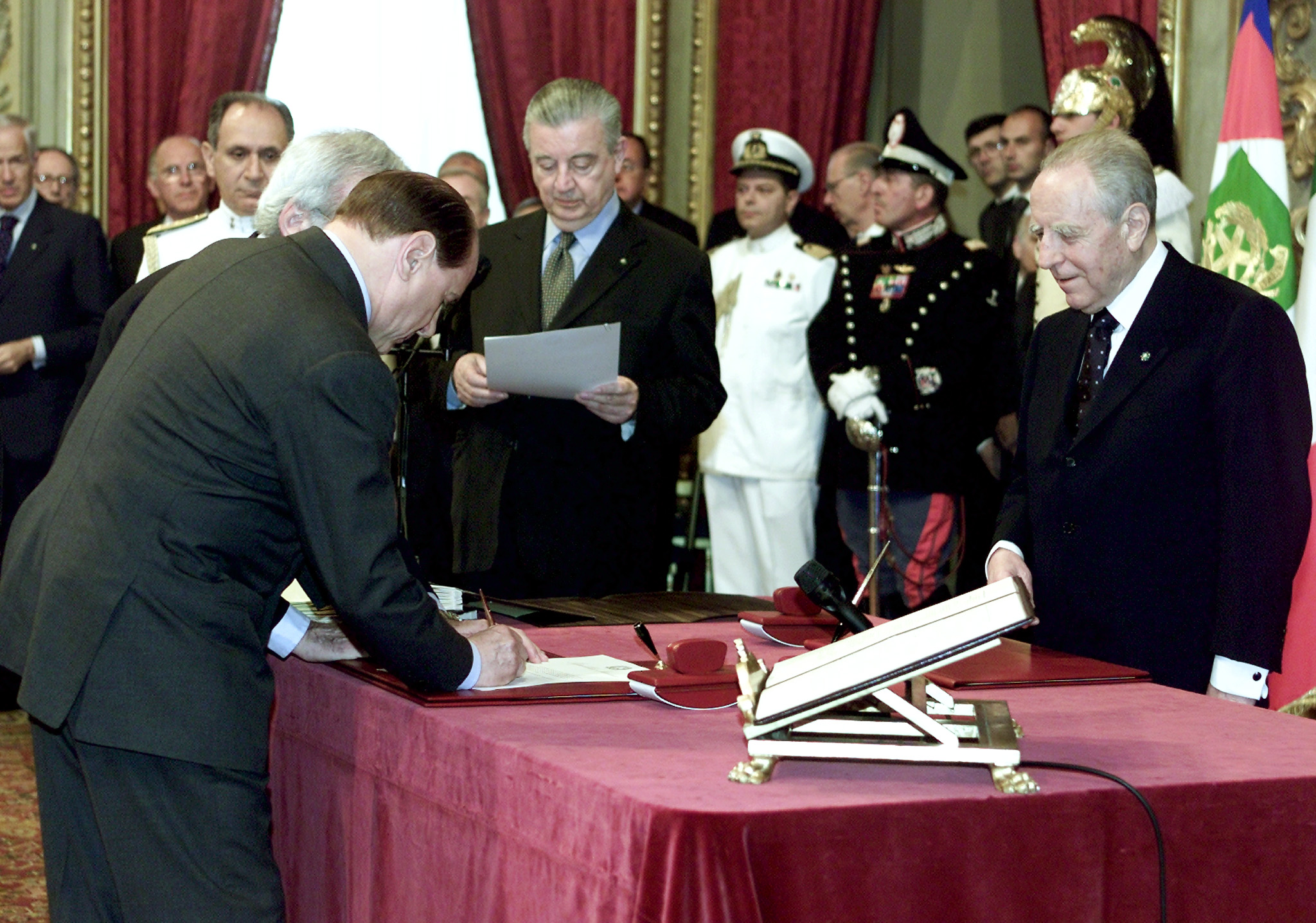 taly's new Prime Minister Silvio Berlusconi (L) signs his swearing-in form in front of President Carlo Azeglio Ciampi during an official ceremony at Quirinale palace in Rome June 11, 2001.