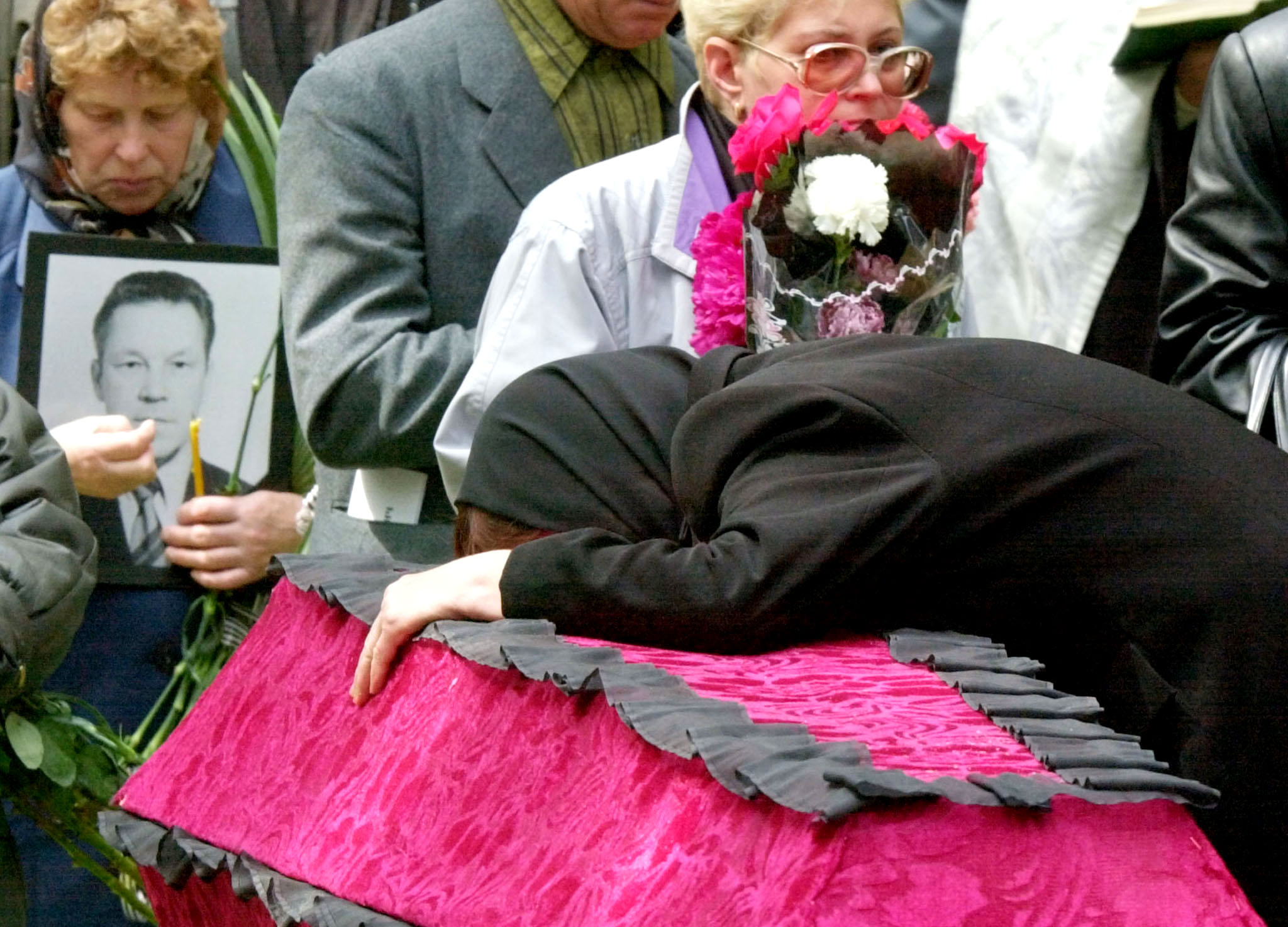 A relative moans over the coffin with the body of a Tu-154 plane crash victim, July 9, 2001 in Yekaterinburg. ©REUTERS