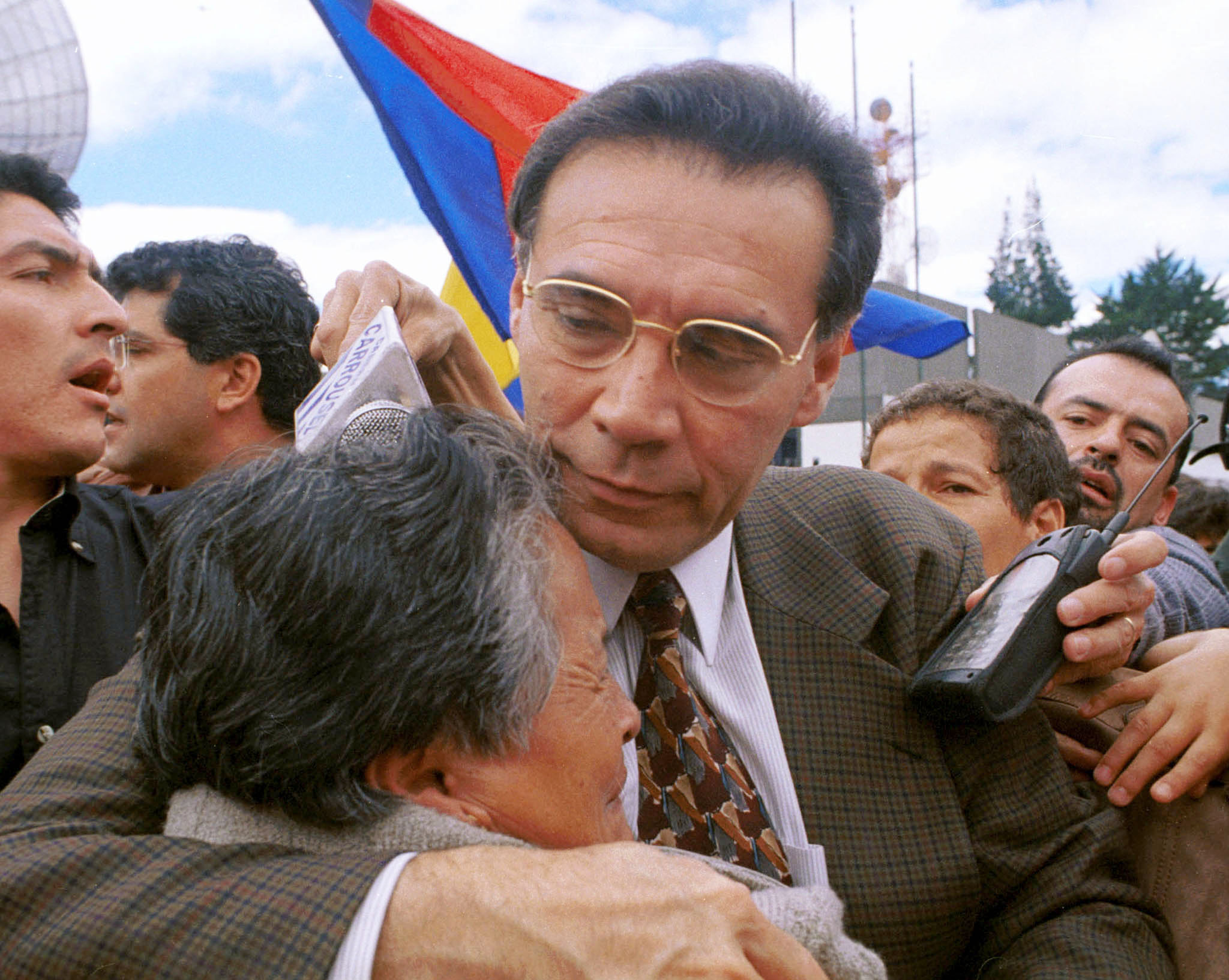 Deposed Ecuadorean President Jamil Mahuad is consoled by supporters.©REUTERS