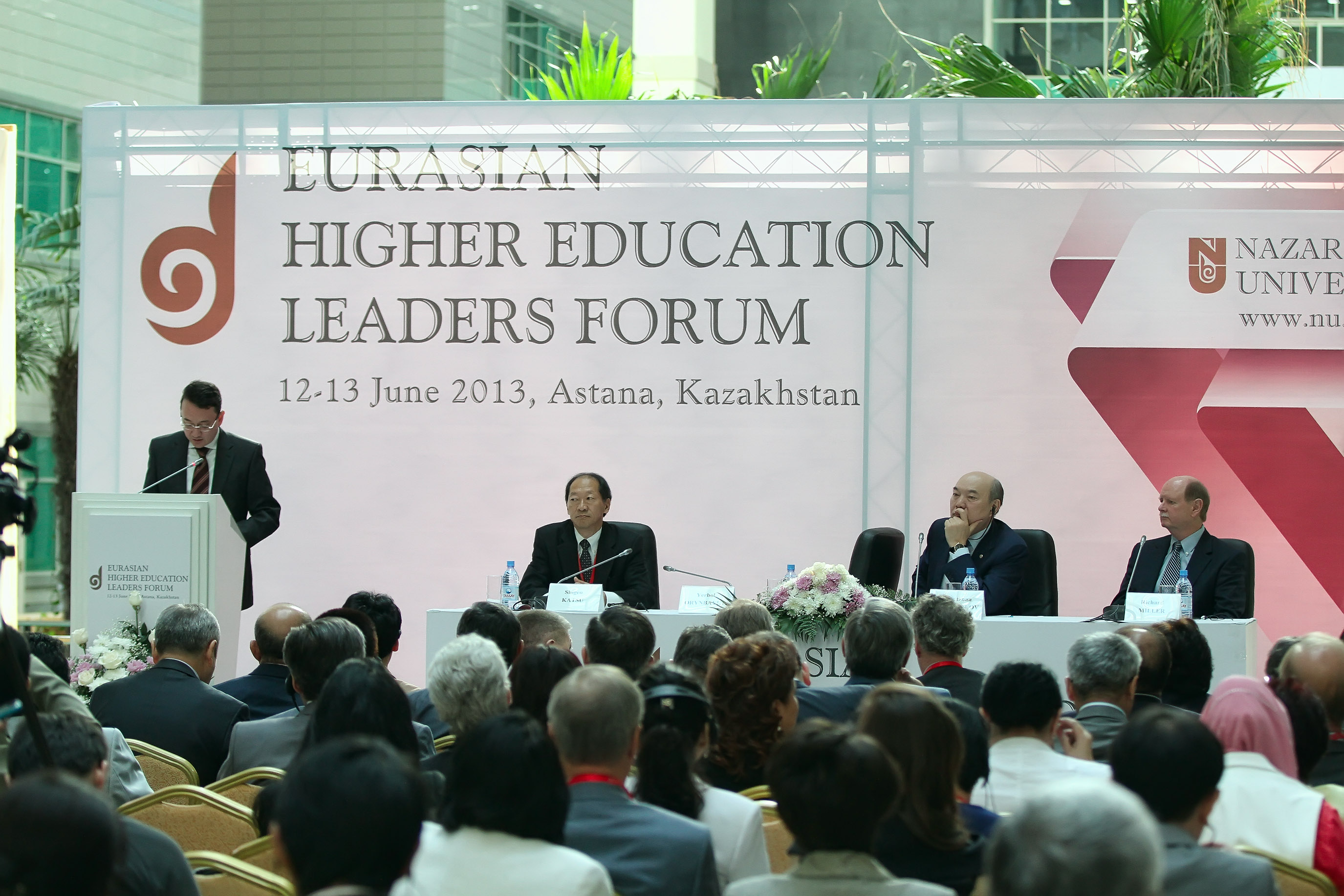 Deputy Prime Minister Yerbol Orynbayev welcomes the conference crowd. Photo courtesy of Nazarbayev University.