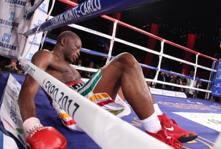 Adama cound't withstand against his rival's attack and fell on the ring again in the sixth round. ©Sumio Yamada