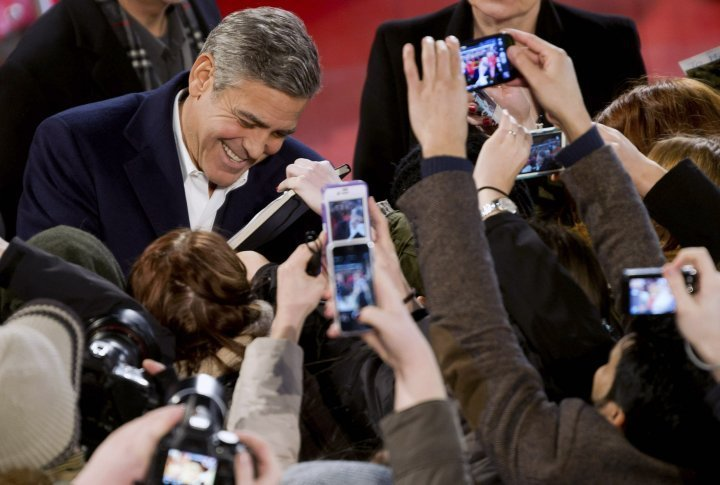 George Cloony dispenses autographs on the red carpet of the Berlinale. ©Reuters