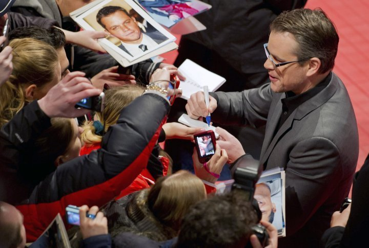 Actor Matt Damon dispenses autographs on the red carpet of the Berlinale. ©Reuters
