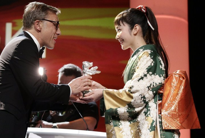 Jury member Christoph Waltz hands the Silver Bear for the Best Actress to Japanese actress Haru Kuroki. ©Reuters