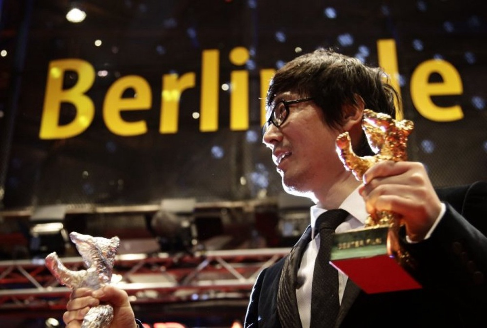 Diao Yinan, director of <i>Black Coal, Thin Ice</i>, holding the main prize of the Berlinale. ©Reuters