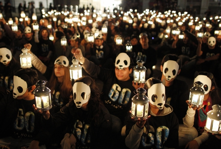 Chilean volunteers hold up candles during Earth Hour in Valparaiso city. ©REUTERS/Eliseo Fernandez