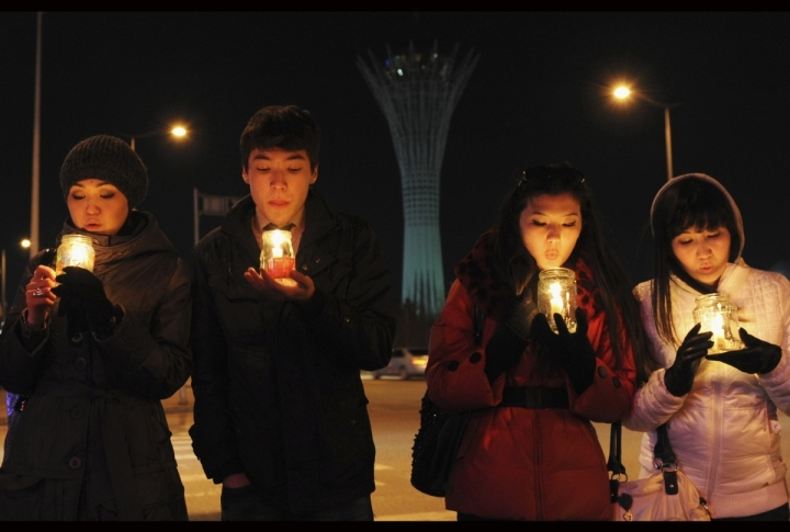 Students hold candles as they attend Earth Hour in front of the monument Baiterek in Kazakhstan's capital Astana. ©REUTERS