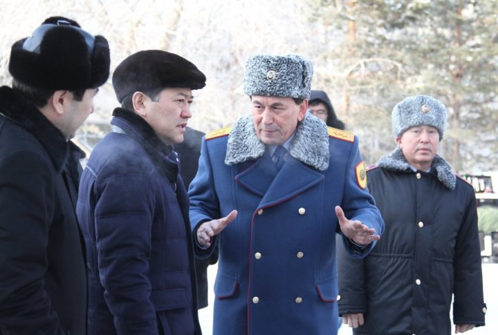 Kazakhstan Interior Minister Kalmukhanbet Kassymov telling Serik Akhmetov about armament of the criminalists. ©Tengrinews.kz