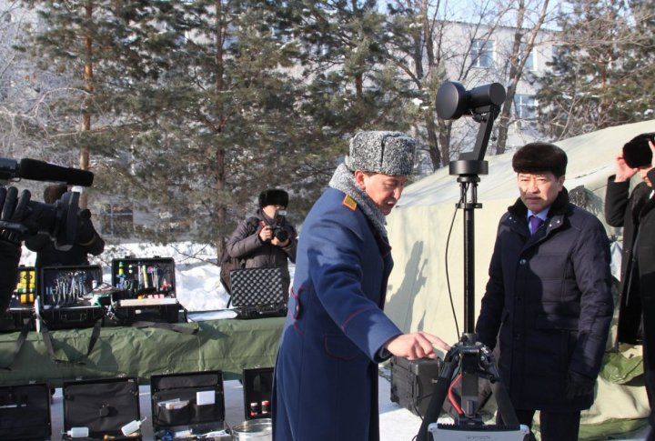 Kalmukhanbet Kassymov showing special equipment to Serik Akhmetov. ©Tengrinews.kz