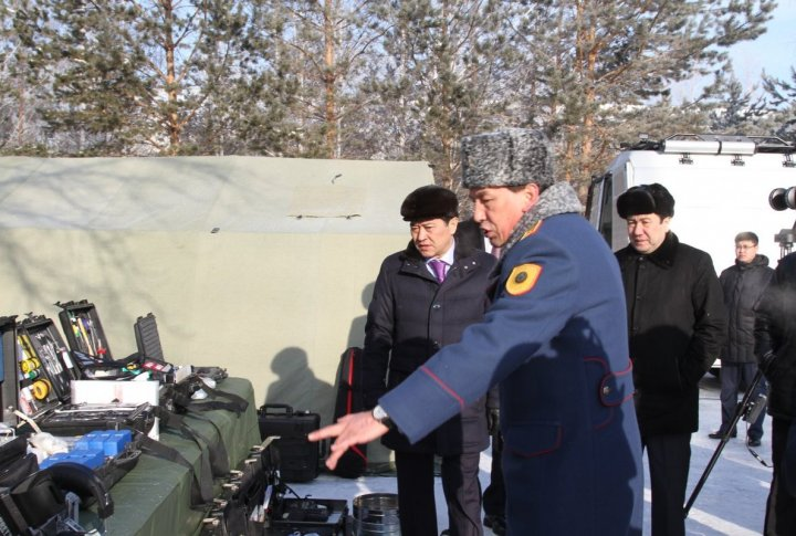 Serik Akhmetov checking on equipment. ©Tengrinews.kz