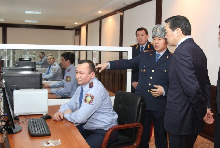 Criminal officers showing their work to Prime-Minister. ©Tengrinews.kz