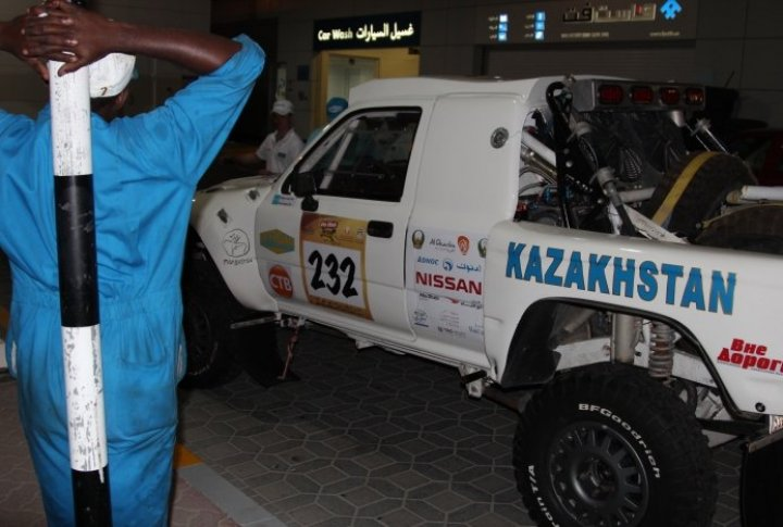 Having passed the administrative control, the crews washed their cars and starting sticking the logos of partners, sponsors and start numbers. Tengrinews.kz©