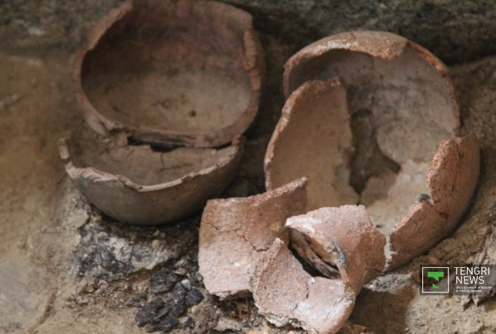 Wooden and clay wares were discovered in the tomb. Photo by Daniyar Bozov©