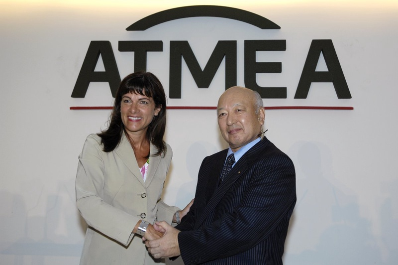 Anne Lauvergeon (L), CEO of French nuclear power engineering group Areva and Japan's Mitsubishi Heavy Industries President Kazuo Tsukuda. ©REUTERS/Gonzalo Fuentes