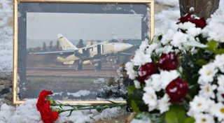 Flowers laid at the monument to pilots in the center of Lipetsk in memory of Lieutenant Colonel Oleg Peshkov of the Lipetsk Air Force Center, the commander of the downed bomber Su-24. ©RIA Novosti