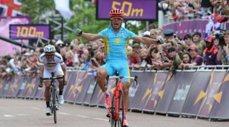 Kazakhstan's Alexandre Vinokourov (C) celebrates as he crosses the finish line. ©AFP