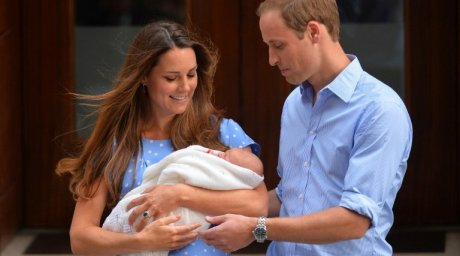 Prince William and Catherine, Duchess of Cambridge show their new-born baby boy. ©AFP