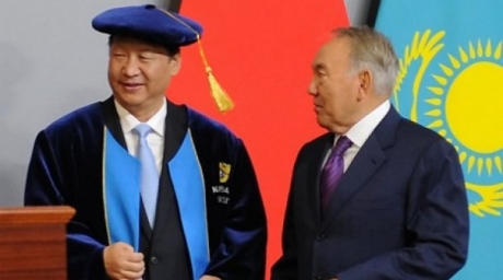 Chinese President Xi Jinping (L) speaks with his Kazakh counterpart Nursultan Nazarbayev (R) after being awarded an honorary Doctorate from the Nazarbayev University in Astana. ©AFP